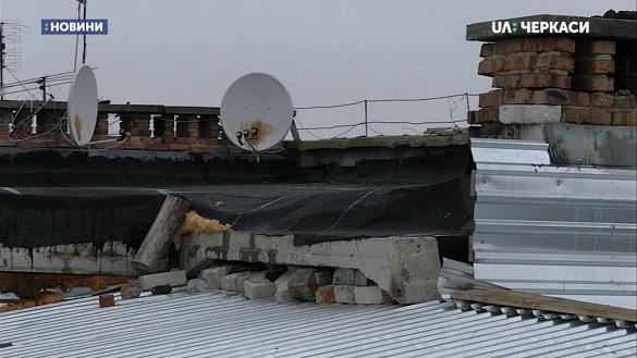 В аварійному будинку на Черкащині вже півтора роки протікає дах (ВІДЕО)