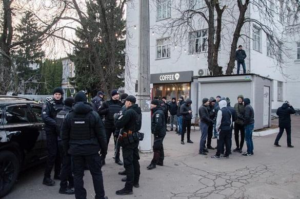 Власники незаконних споруд у Черкасах зі штовханиною не дали демонтувати свої кіоски (ВІДЕО)