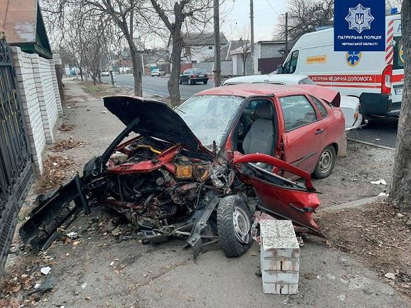 У Черкасах автомобіль з'їхав з дороги та врізався в цегляний паркан (ФОТО)