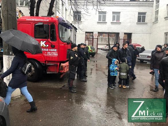 З'явилися тітушки: дорогу машині з демонтованим мафом перекрили дітьми (ФОТО)