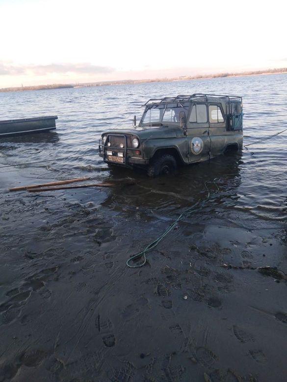 На Канівщині у воду потрапив автомобіль