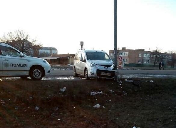 Водій не впорався із керуванням та в`їхав в електроопору на Черкащині (ФОТО)