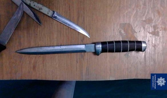 В одній із черкаських багатоповерхівок затримали чоловіка з холодною зброєю