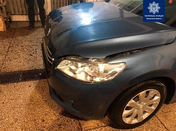 Працівник однієї з черкаських автомийок врізався у стіну на машині клієнтки (ФОТО)