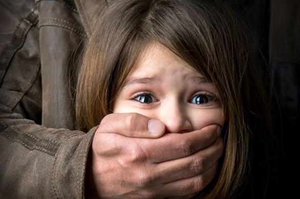 Педофіла, який зґвалтував доньку своєї співмешканки, залишили тримати під вартою