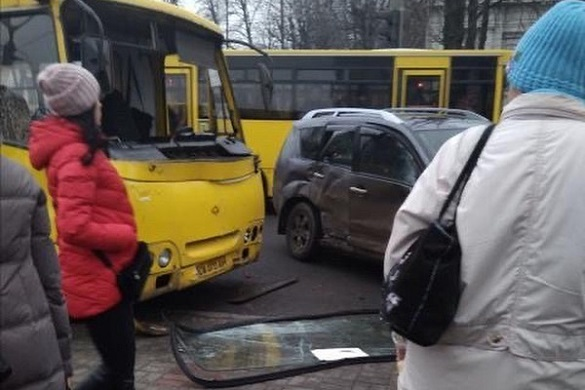 Є постраждалі: у Черкасах сталася ДТП за участі автобусу (ФОТО)