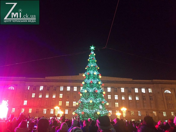 У центрі Черкас засяяла головна новорічна ялинка (ФОТО)