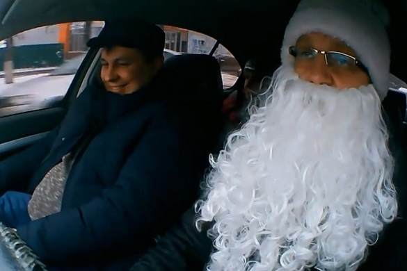 Напередодні свят міський голова Золотоноші таксував в костюмі Діда Мороза (ВІДЕО)