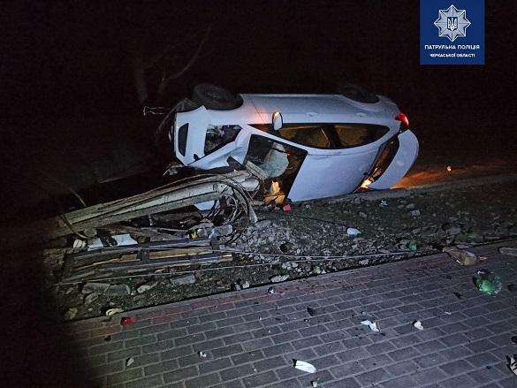 Внаслідок ДТП у Черкасах автомобіль злетів з дороги і перекинувся (ФОТО)