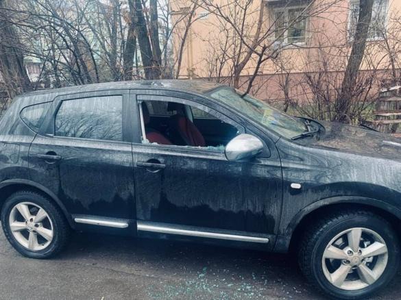 Черкаському політику розбили скло у машині (ФОТО)