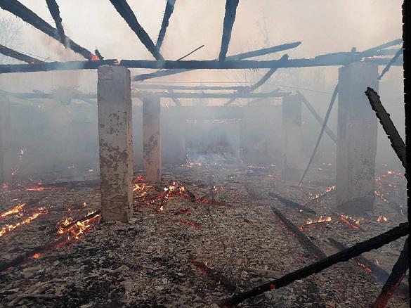 Занедбана будівля загорілася у Черкасах (ФОТО)