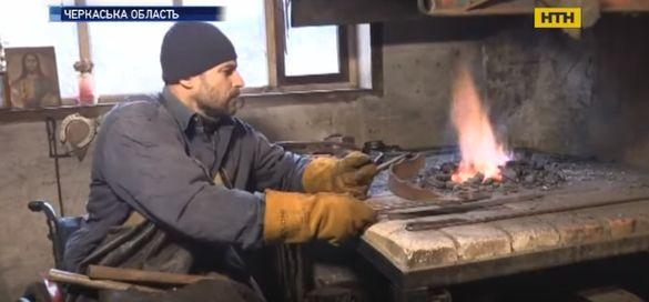 На Черкащині чоловік в інвалідному візку займається ковальством (ВІДЕО)