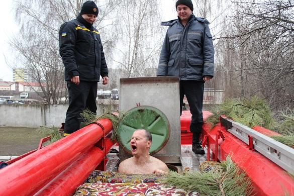 На Водохреще черкаські рятувальники занурювалися у автоцистерну (ФОТО)