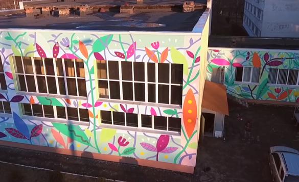 На фасаді однієї із шкіл у Черкасах створили весняний мурал (ВІДЕО)
