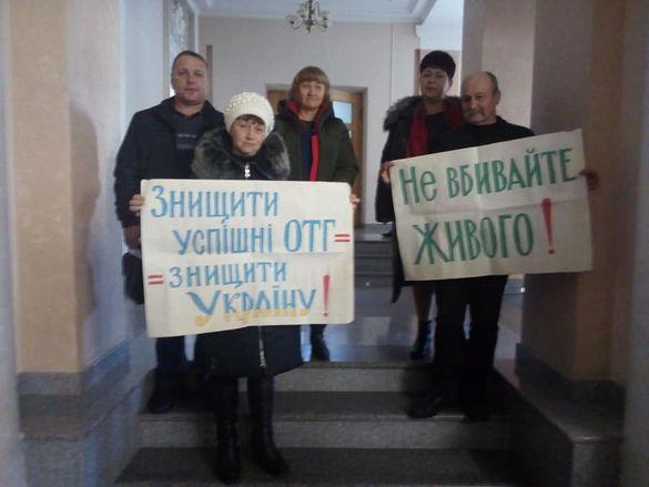 У Черкасах селяни розгорнули плакати протесту щодо приєднання їх до ОТГ (ФОТО)