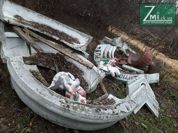 Фонтан з янголятами, який був встановлений біля ЦДЮТ, викинули посеред лісу (ФОТО)