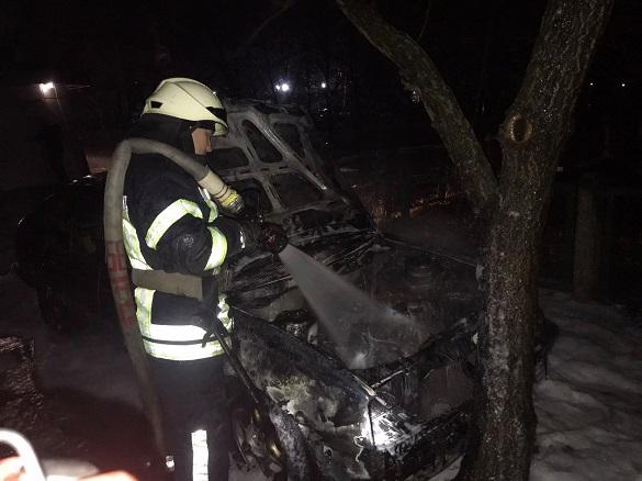 Вночі у Черкасах загорілася автівка (ФОТО)