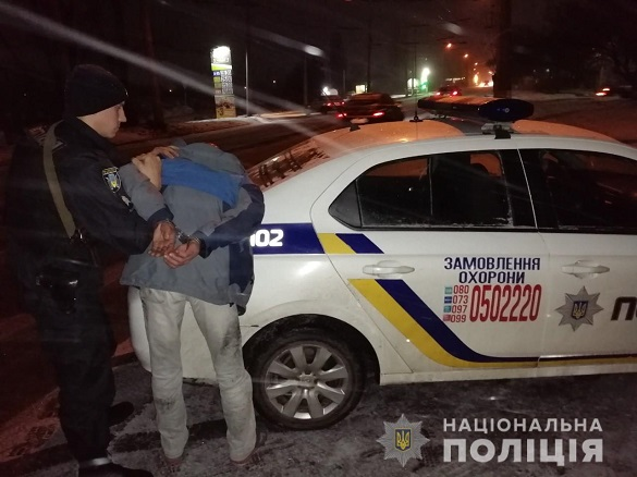 У одній з черкаських лікарень чоловік намагався вибити двері (ФОТО)