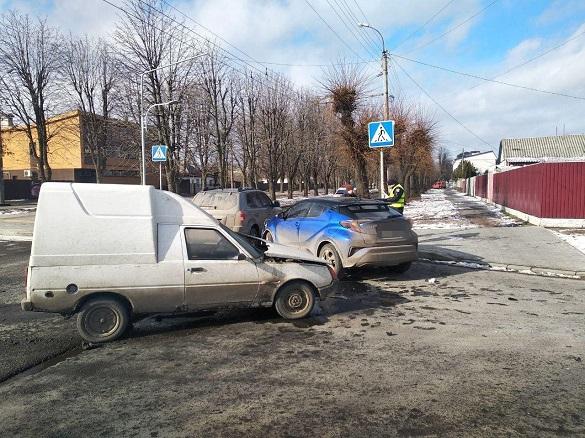 Є постраждалі: у Черкасах трапилася потрійна ДТП (ФОТО)
