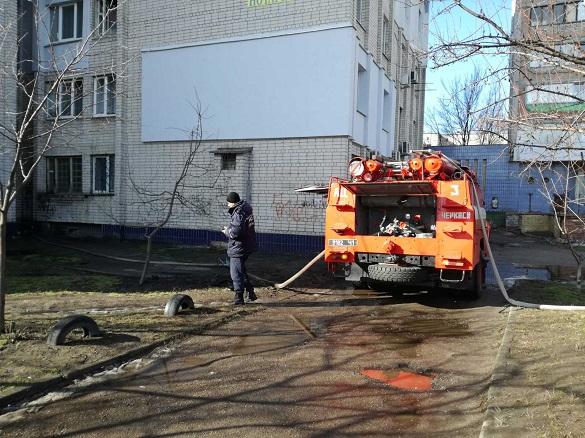 Під час пожежі у Черкасах з багатоповерхівки евакуювали п'ятеро людей (ФОТО)