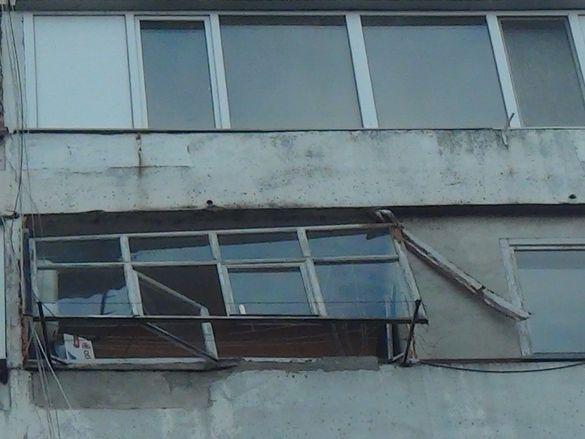 У черкаській багатоповерхівці вітер відірвав балконну раму