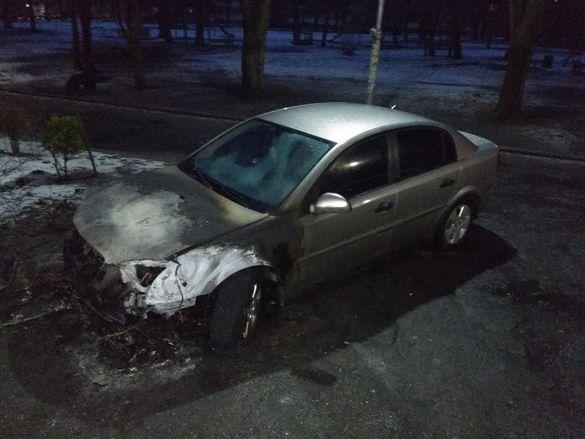 Вночі у Черкасах під час стоянки спалахнув автомобіль (ФОТО)