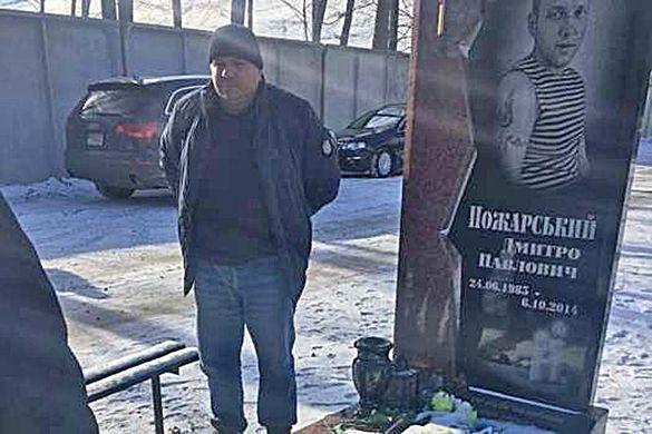 Водій уманської маршрутки вибачився біля могили загиблого учасника АТО