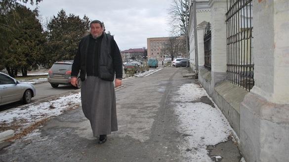 Священник на Черкащині поєднує богослужіння із роботою на заправці (ФОТО)