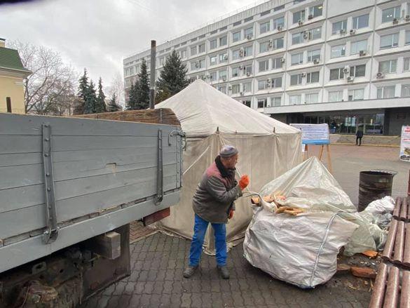 Під стінами Черкаської міськради розвантажували дрова (ФОТО)
