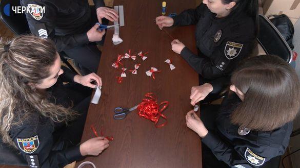 Черкаські поліцейські виготовили світловідбивальні валентинки (ФОТО)