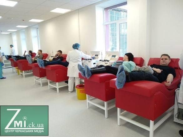 Стань донором. У Черкасах досвідчені донори під час доброчинної акції зібрали охочих вперше здати кров