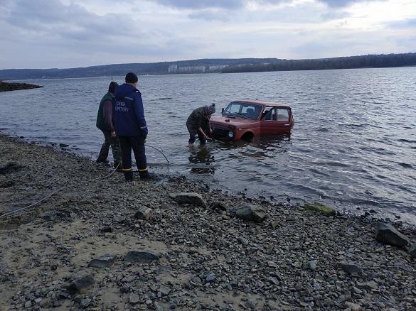 На Черкащині рятувальники витягли автомобіль з річки (ФОТО)