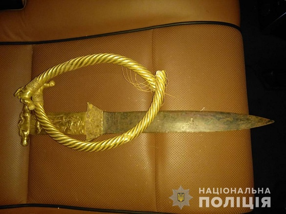 Чоловік на Черкащині зберігав в своєму автомобілі старовинні речі