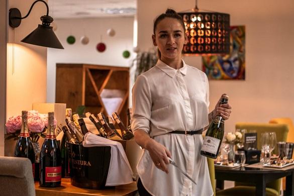 Зіштовхнутися з історією країни, де зробили напій: історія дівчини, яка працює сомельє у Черкасах