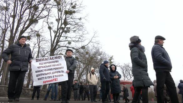 На Черкащині люди перекрили дорогу, вимагаючи ремонту