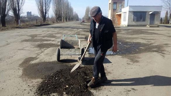 Пенсіонер на Черкащині самотужки полатав дорогу (ФОТО)