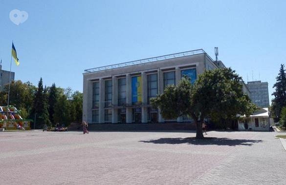 Під час карантину біля театру в Черкасах забетонували клумбу
