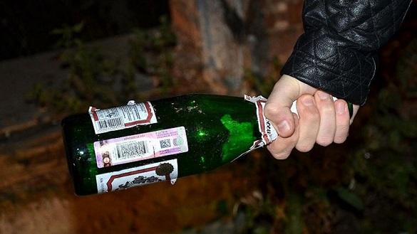 Чоловік у Черкасах пляшкою розбив скло чужої автівки (ФОТО)