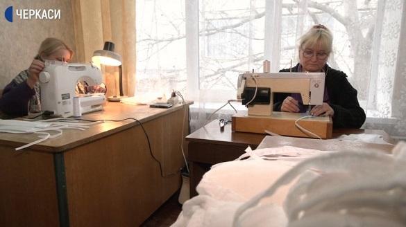 Працівники центру соцдопомоги на Черкащині виготовляють захисні маски (ВІДЕО)