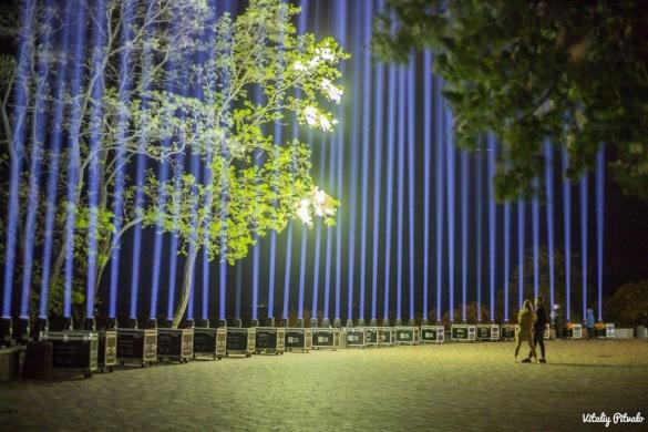 У Черкасах увімкнули спрямовані в небо промені світла (ФОТО)