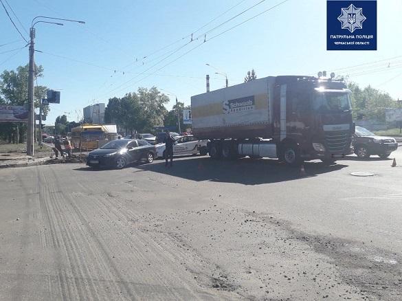 Вантажівка з легковиком зіштовхнулася у Черкасах (ФОТО)