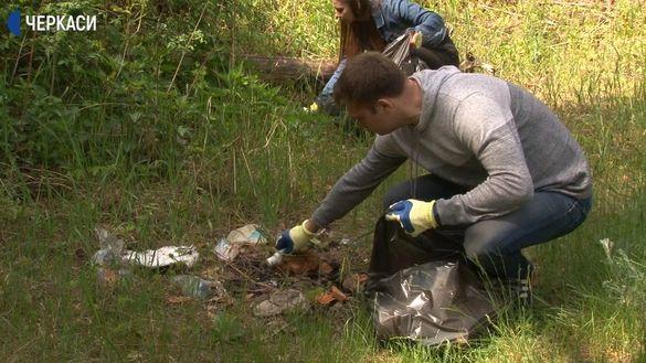 Традиція чистоти: подружня пара із Черкас збирає сміття під час відпочинку в лісі