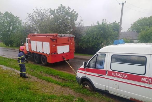 Машина застрягла на узбіччі: на Черкащині рятувальники допомогли