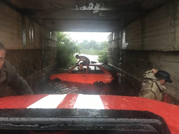 Внаслідок зливи на Черкащині застряг автомобіль (ФОТО)