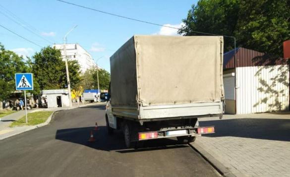 У Черкасах вантажний автомобіль збив жінку