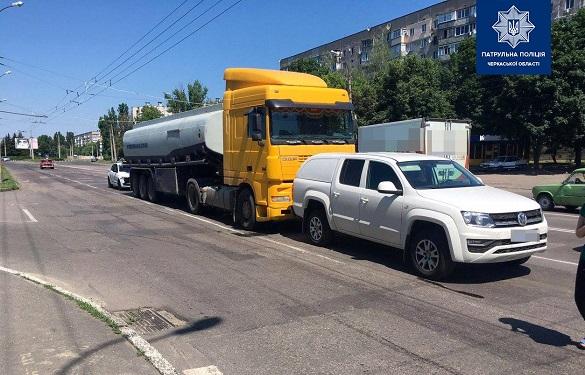 Вантажівка у Черкасах зіштовхнулася з легковиком (ФОТО)