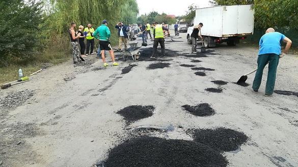 Селяни на Черкащині самотужки латають дорогу до туристичної атракції (ВІДЕО)