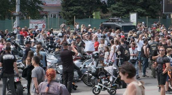 У центрі Черкас змішалися байкери та весілля молодят (ВІДЕО)