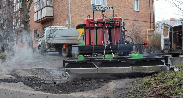 Продати чи віддати мешканцям? Управлінець просить місто допомогти осколом на ремонт прибудинкових територій
