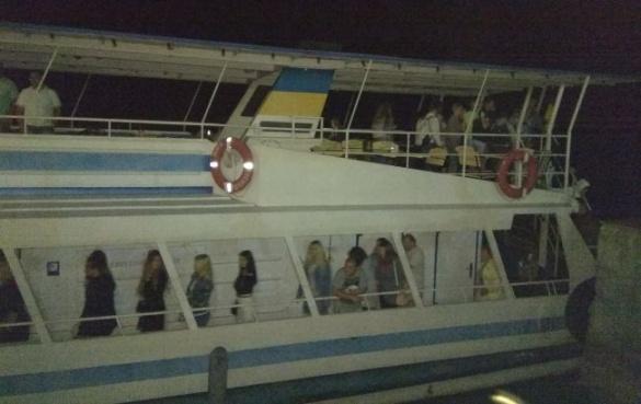 У Черкасах посеред Дніпра заглох теплохід, частину пасажирів евакуювали